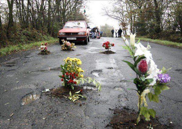 VIDEO | Flori plantate în asfalt, așa a întâmpinat reprezentanții PDM un locuitor din Călărași