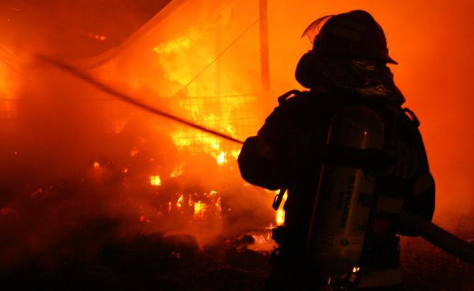 O casă din raionul Rîșcani, cuprinsă de flăcări: Proprietara a murit