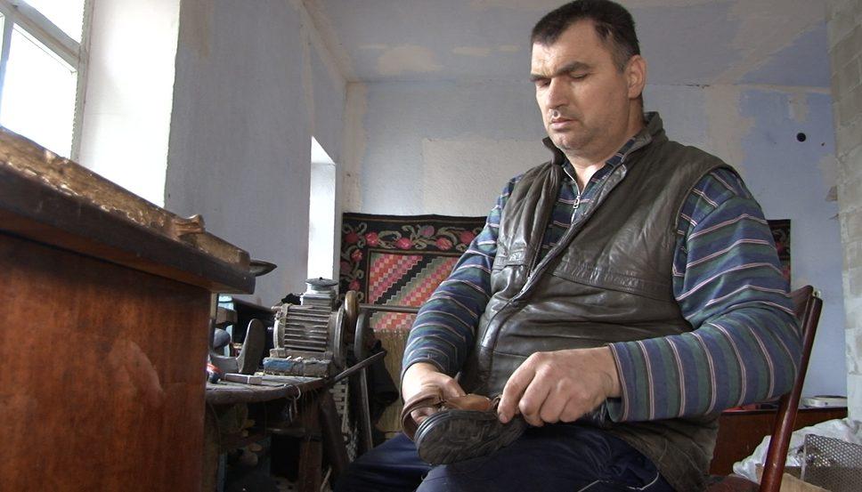 VIDEO | Un cizmar cu nevoi speciale din satul Pelinia, raionul Drochia, muncește pentru a-și întreține familia