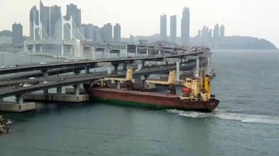 Momentul în care un vas de 6.000 de tone se izbeşte de un pod