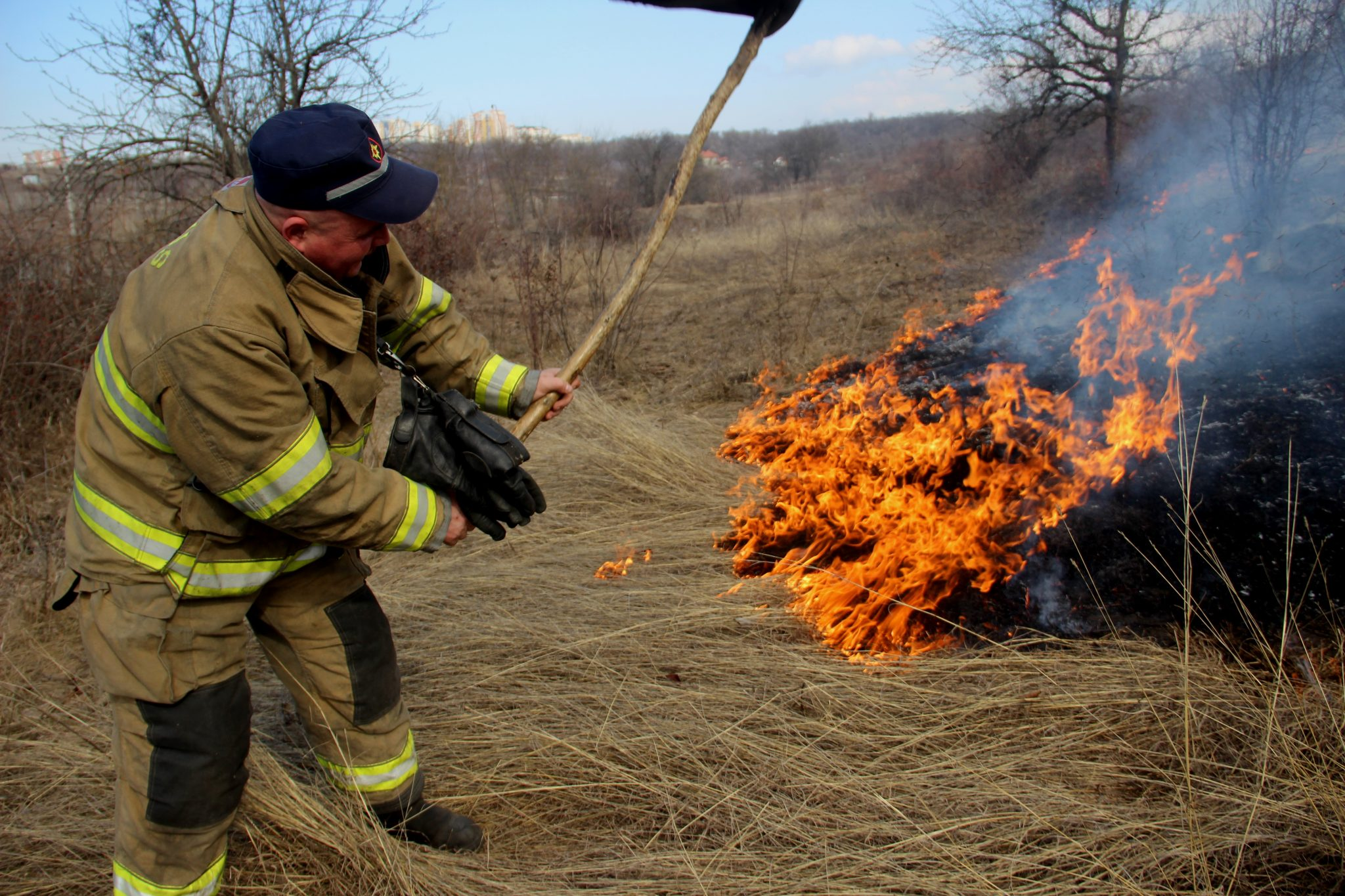 Peste 70 de intervenții ale pompierilor la lichidarea focarelor de vegetație în ultimele 24 ore