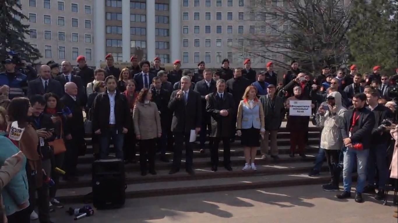 Blocul Electoral ACUM protestează în fața Parlamentului