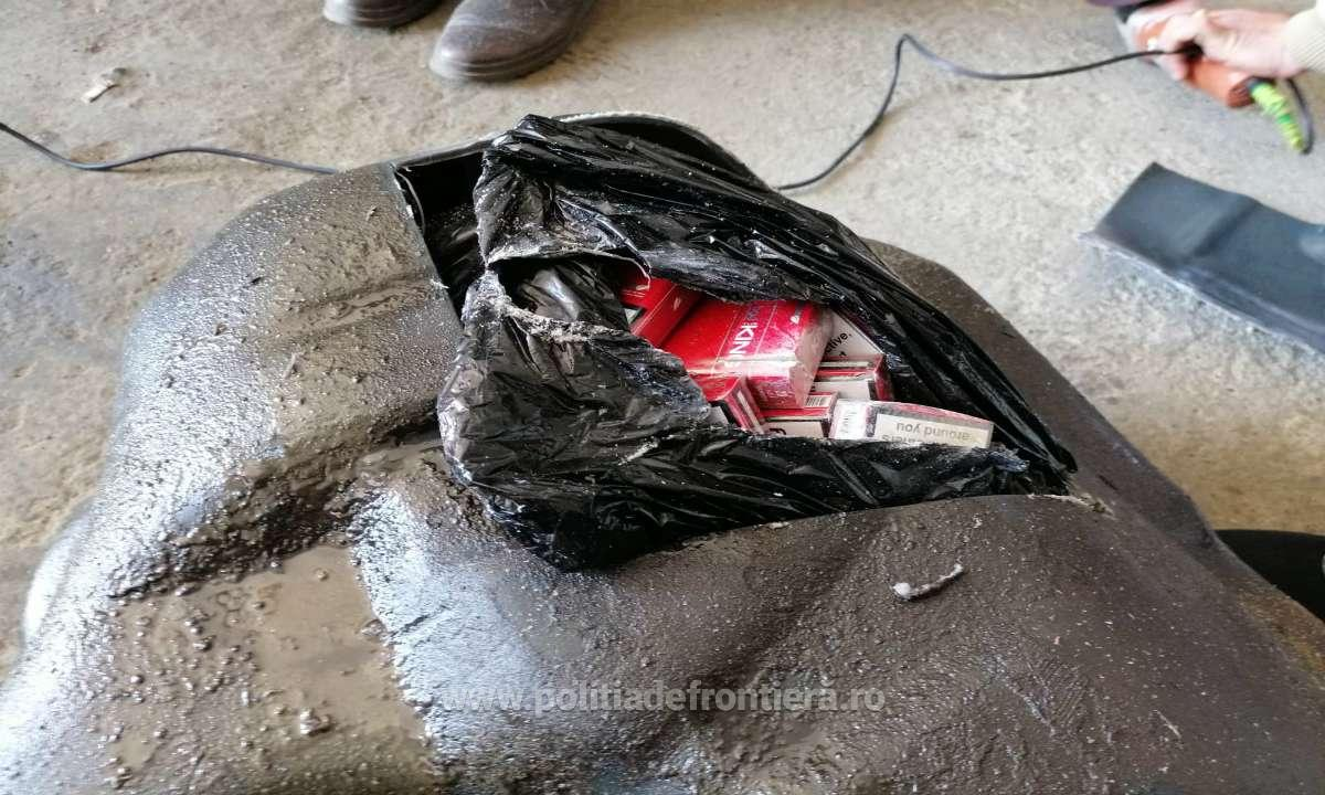 Ţigarete de contrabandă descoperite de Acaia în rezervorul unui autoturism