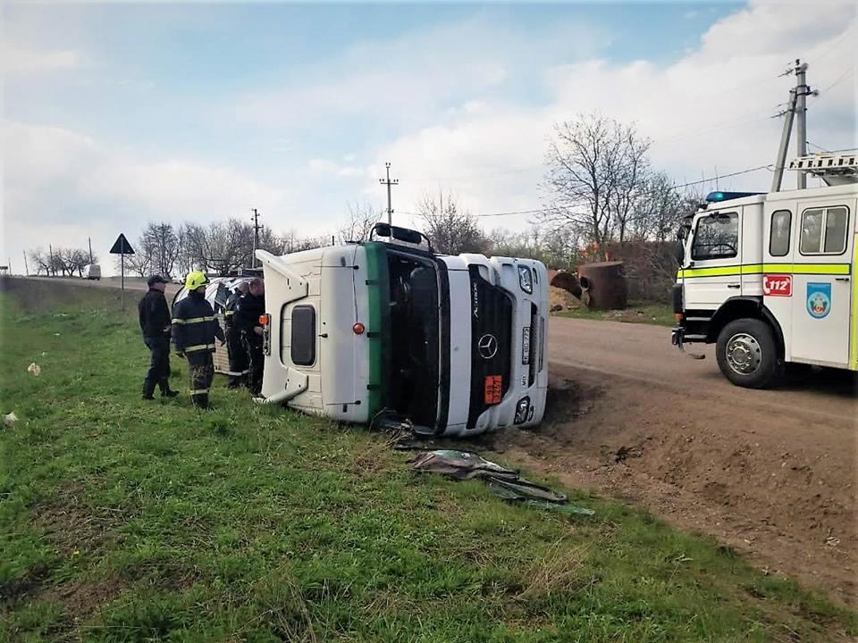 FOTO/VIDEO | O autocisternă cu reziduri de petrol s-a răsturnat în apropierea raionului Soroca