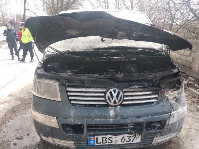 FOTO | Un Volkswagen T5 a ars pe strada Feroviarilor din Bălți