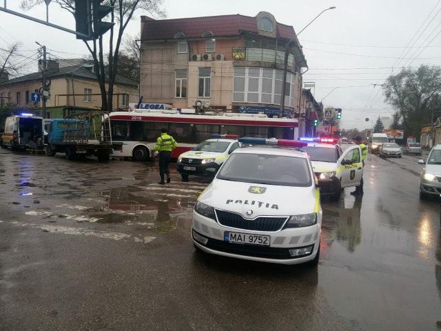 FOTO | Un troleibuz a tamponat un autocamion la Bălți