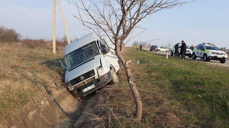 FOTO | Accident la Sângerei. Două vehicule au ajuns în șanț, trei persoane – la spital