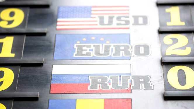 Moneda europeană și dolarul american se scumpește