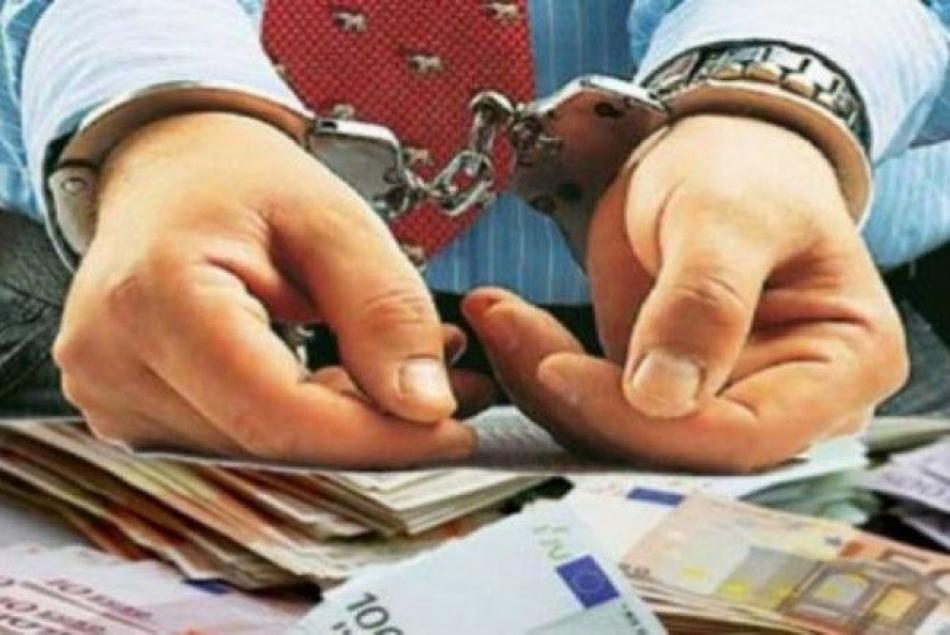 Încă un polițist de la Florești, încătușat de CNA. Le-ar fi fost complice celor doi, reținuți zilele trecute