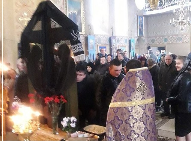 """Ucraina: Încercând să-i preia parohia cu forța, susținătorii noii Biserici a Kievului i-au urat unui preot din zona Cernăuțiului """"să se întoarcă în România"""". Respectivul cleric este etnic ucrainean"""
