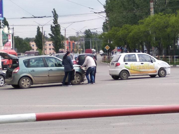 FOTO | Accident rutier produs în sensul giratoriu de lângă autogara din Bălți