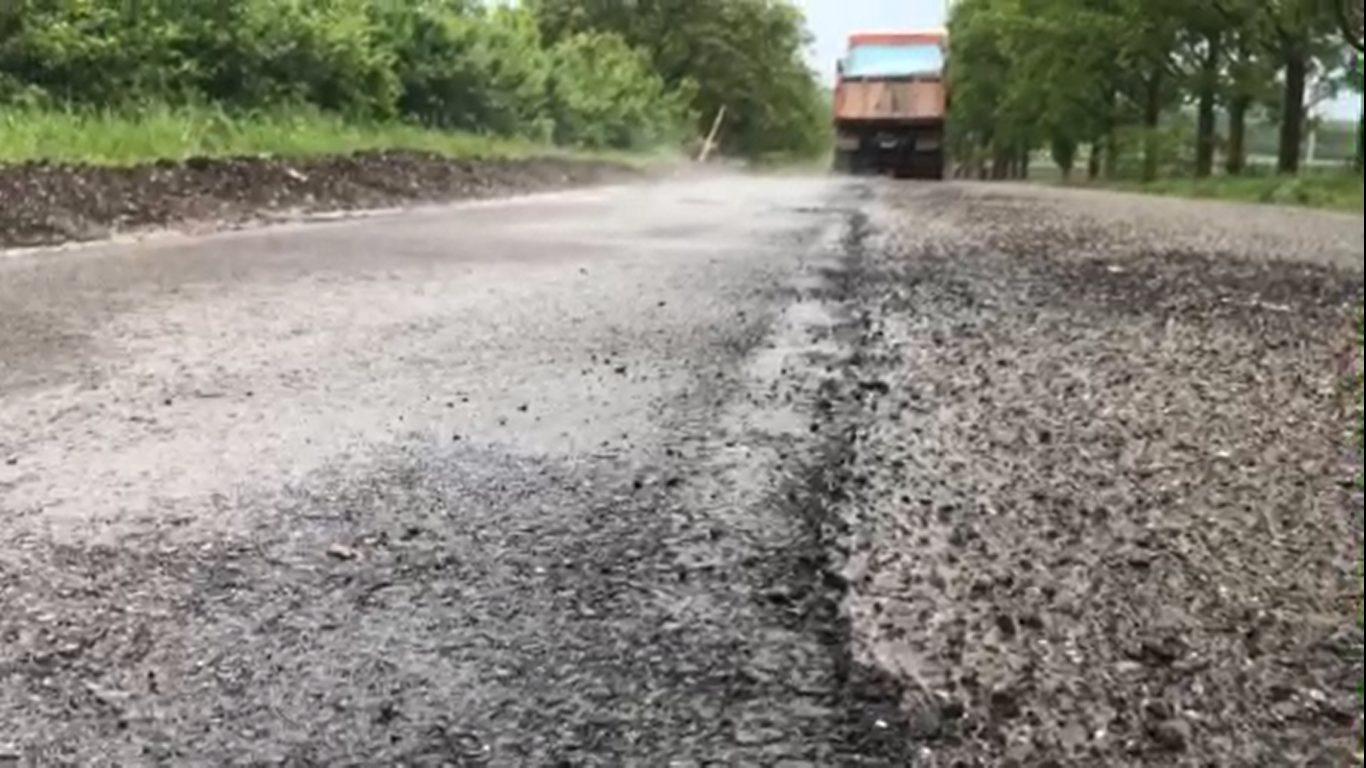 VIDEO | Drumarii din Râșcani cârpesc drumurile și pe ploaie