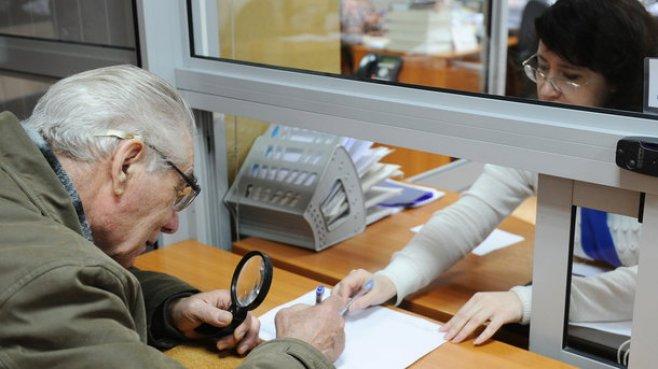 Pensionarii stabiliți peste hotare vor putea primi pensia din Republica Moldova. Unde poate fi depusă cererea