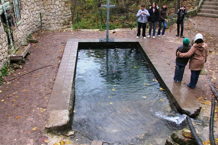 """O femeie s-a înecat în """"Izvorul Minunilor"""" de la Saharna"""