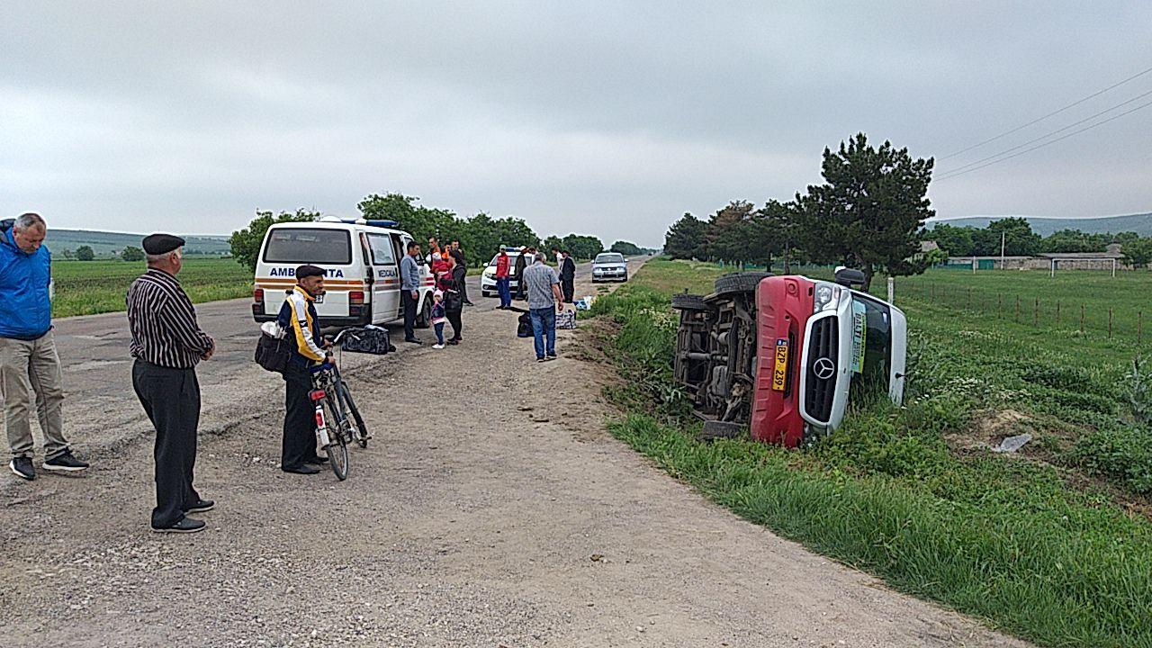 Un microbuz cu  șase pasageri la bord s-a răsturnat la Telenești. Un copil, transportat la spital