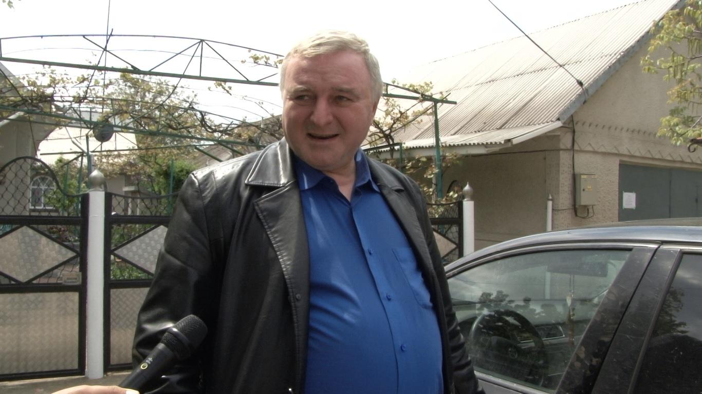 VIDEO | După ce a bătut un consilier local, primarul satului Drepcăuți, raionul Briceni agresează și jurnaliștii