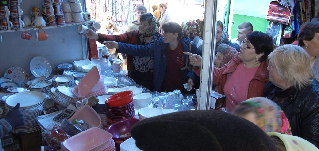 """""""Câte un pic pentru Paștele Blajinilor"""": bălțenii sunt interesați de prețul pomenilor și nu de calitatea lor"""