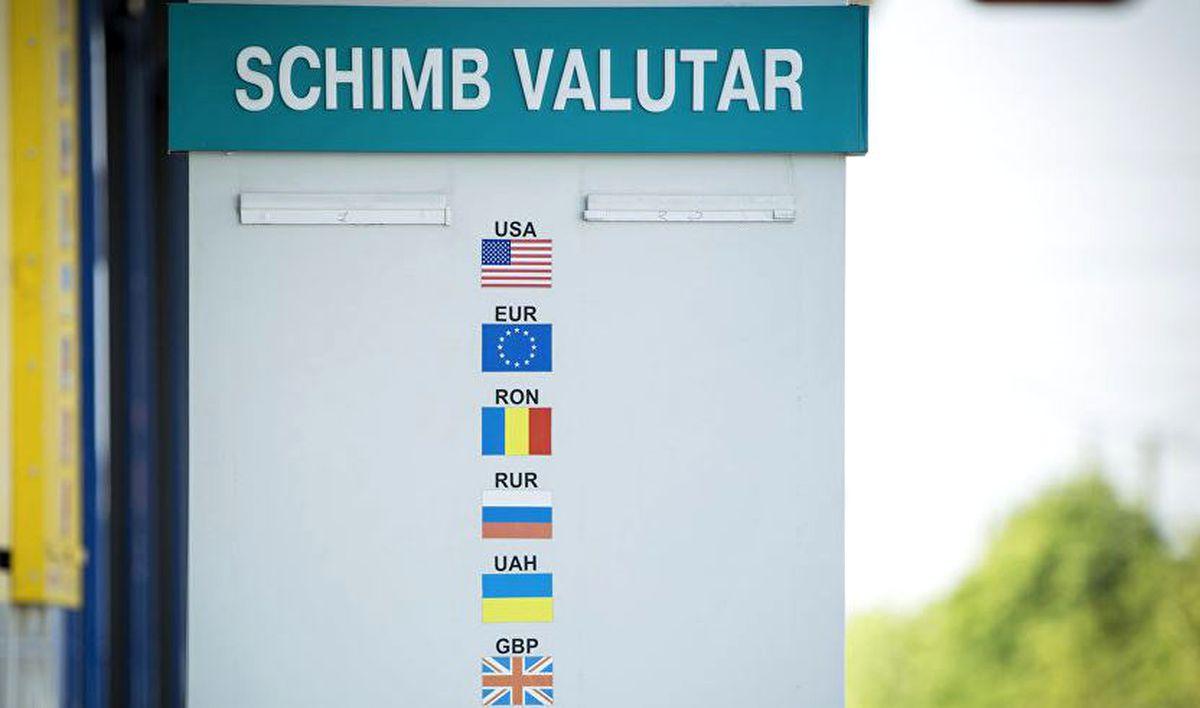 Se scumpește euro și dolarul