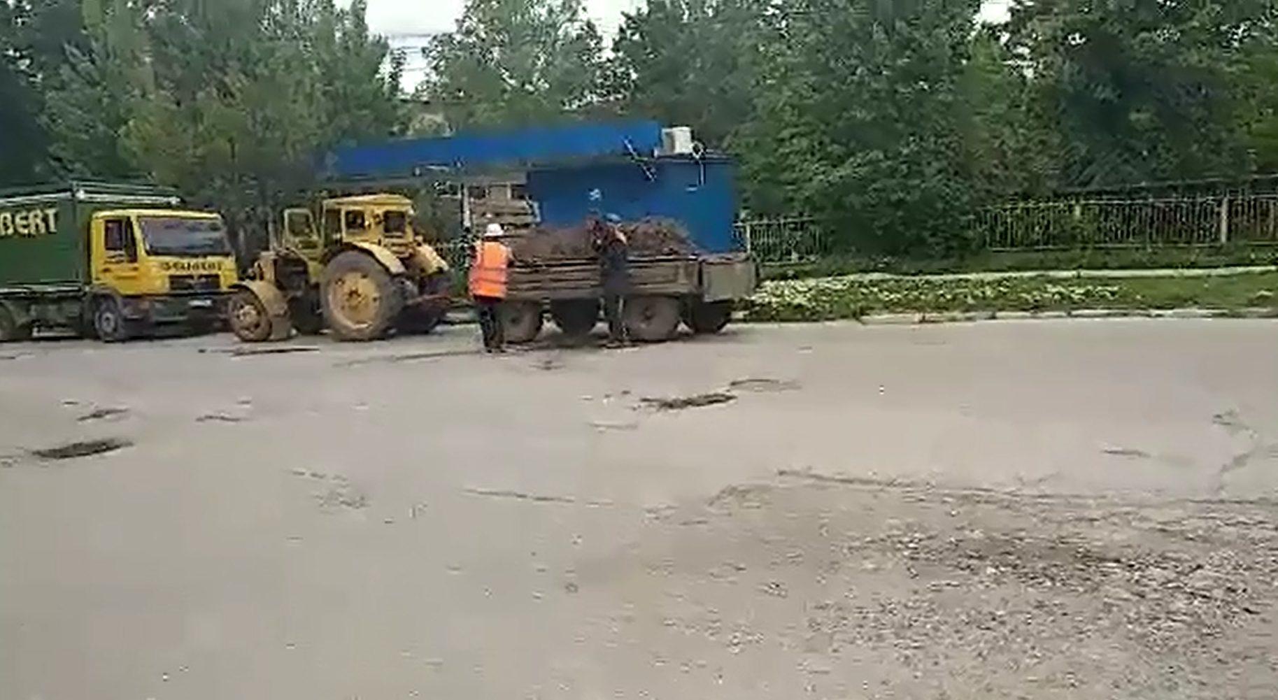 """VIDEO   Drumarii din Bălți """"plombează"""" străzile cu ciornoziom"""
