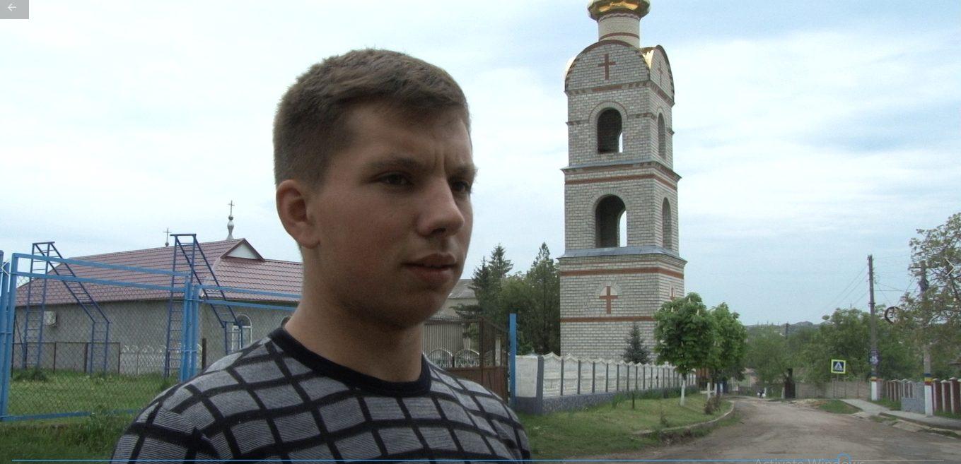 VIDEO  La 19 ani bate clopotele la cea mai înaltă clopotniță din nordul Moldovei