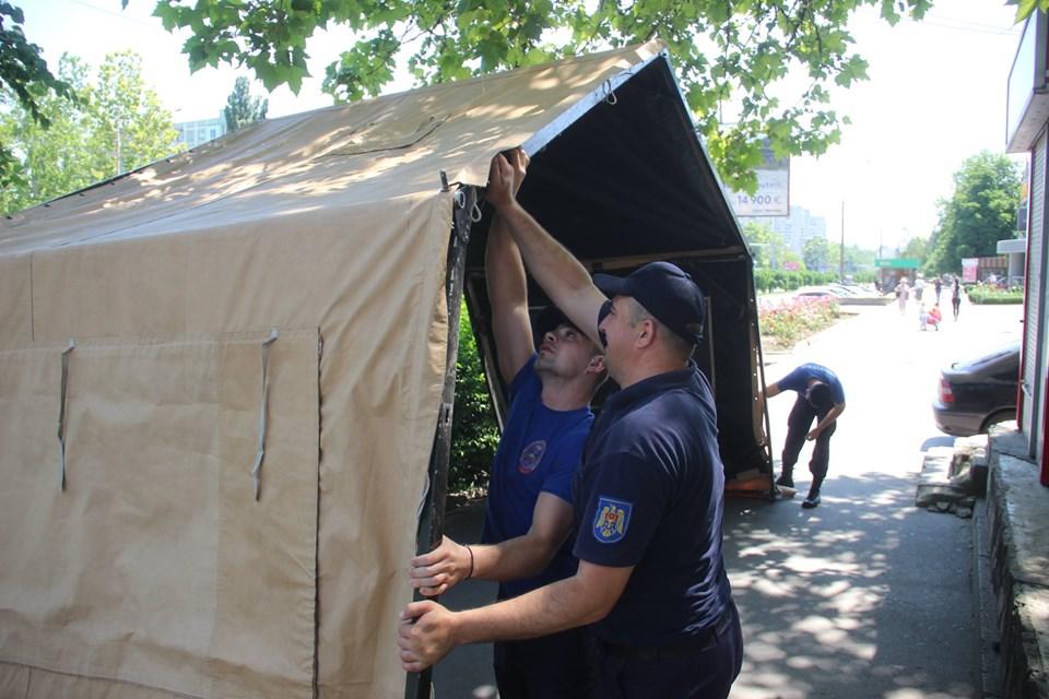 FOTO | Două corturi anticaniculă au fost instalate azi la Bălți