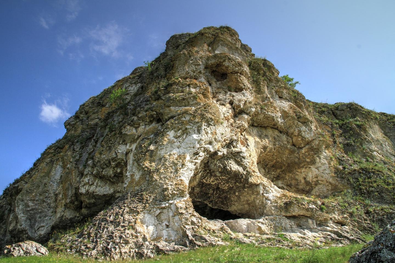 Curiozitatea curiozității! Știați că… la poalele Reciful Buteşti din raionul Glodeni se află o peşteră străveche neolitică, care are zeci de mii de ani?