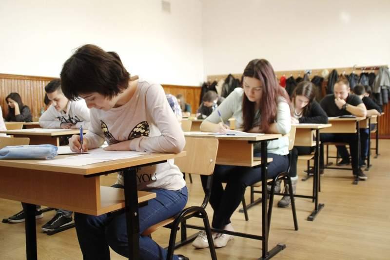 Aproape trei mii de liceeni vor susţine astăzi primul examen de BAC