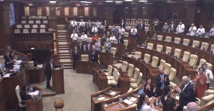 Polițiștii suspendați din funcții de către Pînzari, aplaudați de deputați la Ședința Parlamentului