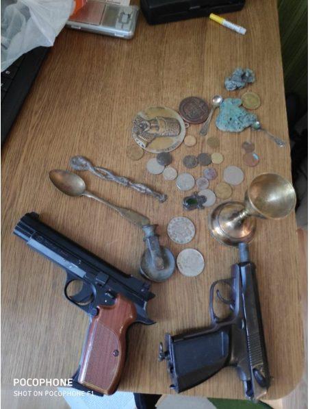 FOTO | Percheziții soldate cu confiscarea obiectelor de cult și două pistoale pneumatice