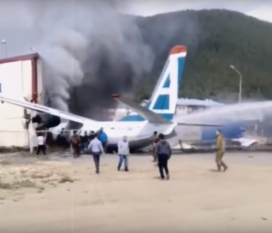 VIDEO | Un avion a luat foc în Rusia