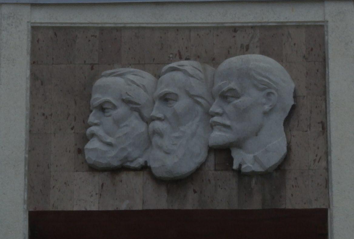 VIDEO | Marx, Engels și Lenin privesc de pe frontispiciul Centrului Multifuncțional Bălți la Eminescu, Creangă și Vieru