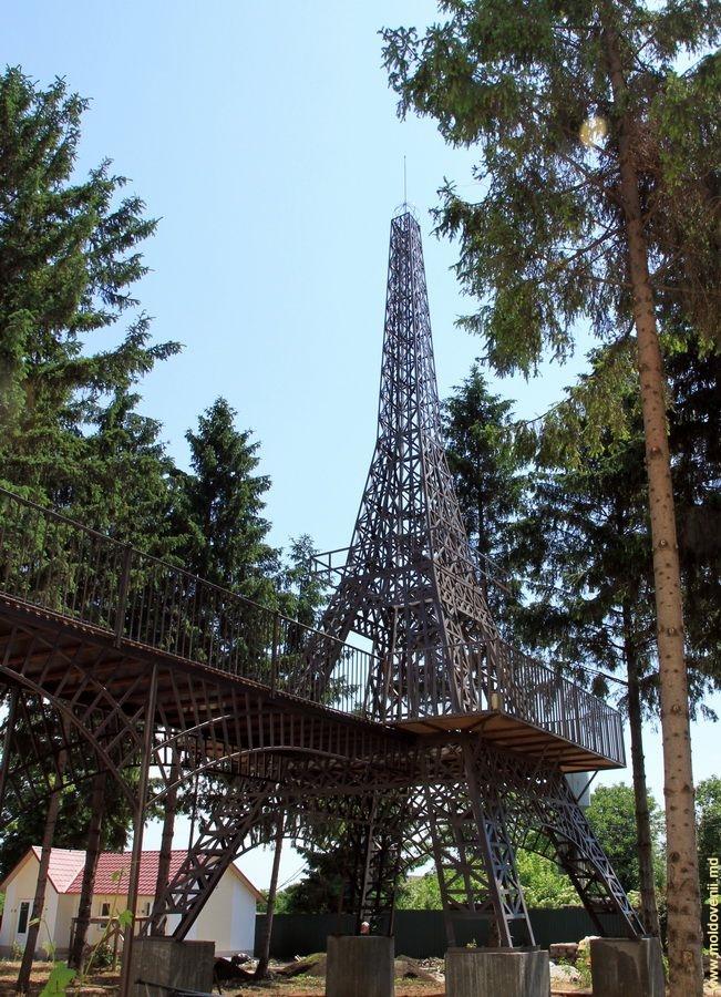 Curiozitatea Curiozității! Știați că… În satul Corjeuti din raionul Briceni se află o replică a Turnului Eiffel din Paris?