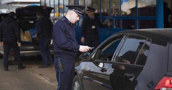 Polițiștii de frontieră de la punctul de trecere Criva au depistat un șofer cu permis de conducere fals
