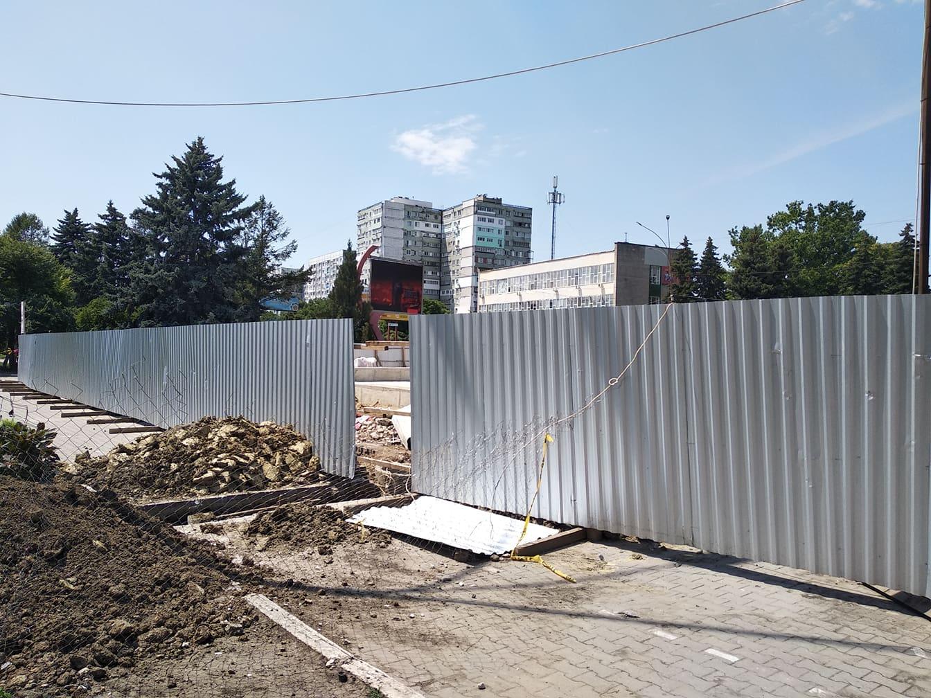 VIDEO | Muncitorii mai mult trândăvesc, decât repară havuzul din centrul Bălțiului