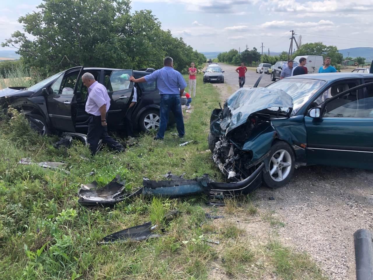 FOTO  | Un Renault Scenic și un Opel Omega s-au ciocnit frontal în satul Nicolaevca, Sîngerei