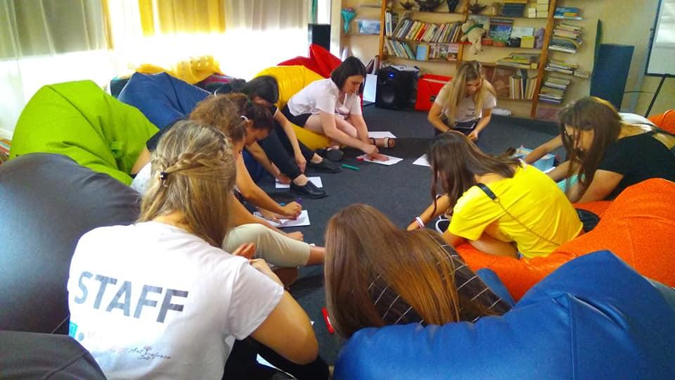 VIDEO | Mai multe tinere din Bălți vor să știe totul despre particularitățile adolescenței