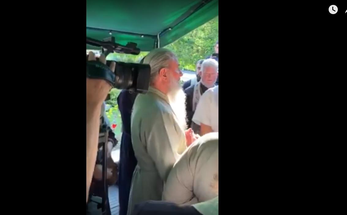 VIDEO | Scandal la Bălți! Preoții Mitropoliei Moldovei s-au luat la ceartă cu cei ai Mitropoliei Basarabiei. Fețele bisericești nu pot împărți slujba de pomenire a victimelor deportărilor  staliniste