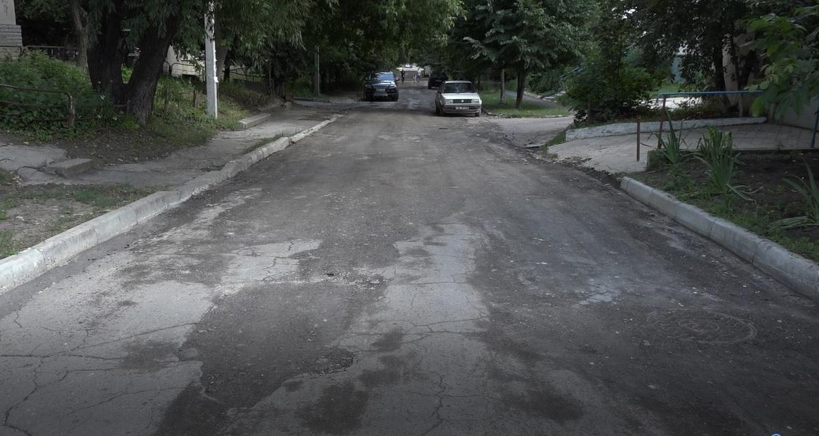 VIDEO | În loc de reparația capitală a străzii Ostrovski, sunt astupate gropile cu asfalt frezat, deocamdată