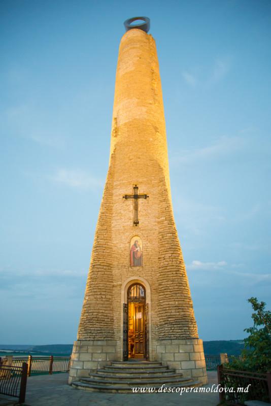 """Curiozitatea curiozității! Știați că…Monumentul """"Lumânarea Recunoștinței"""" este ridicat pe o stâncă, deasupra Nistrului, la marginea orașului Soroca. """"Lumânarea Recunoștinței"""" este una din cele mai importante construcții din istoria modernă a Republicii Moldova"""