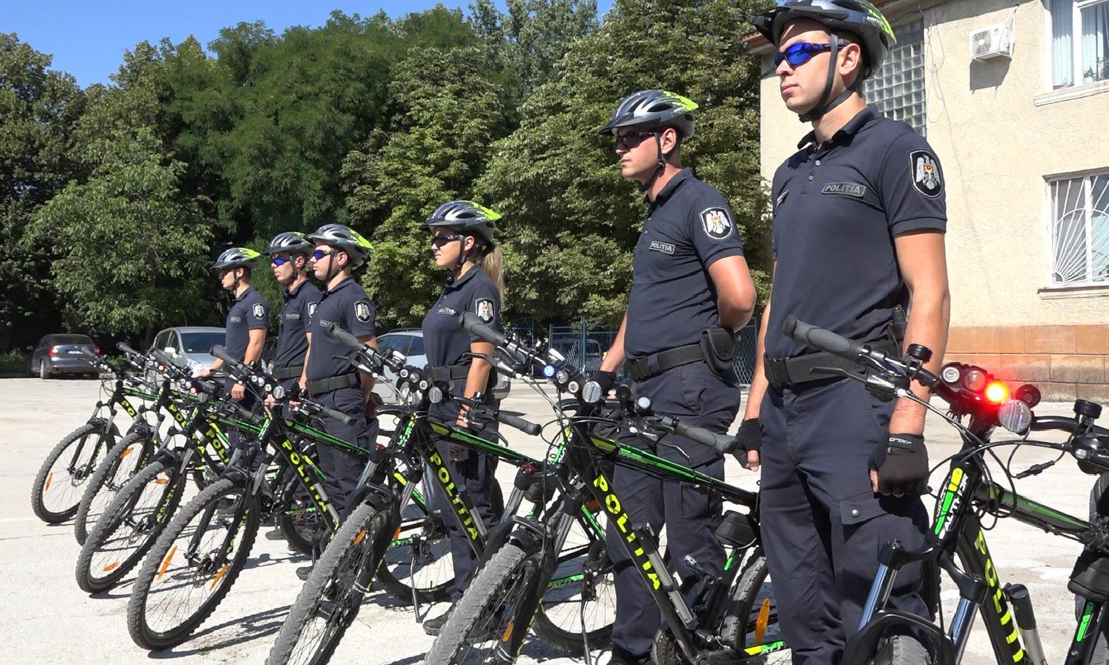 VIDEO | De aproape trei luni, zece polițiști patrulează orașul Bălți pe biciclete