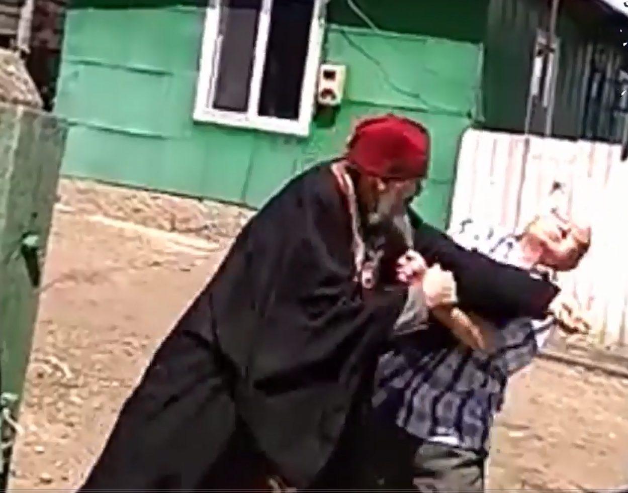 VIDEO | Un preot din Drochia s-a luat la bătaie cu un enoriaș în timp ce se aflau la o înmormântare