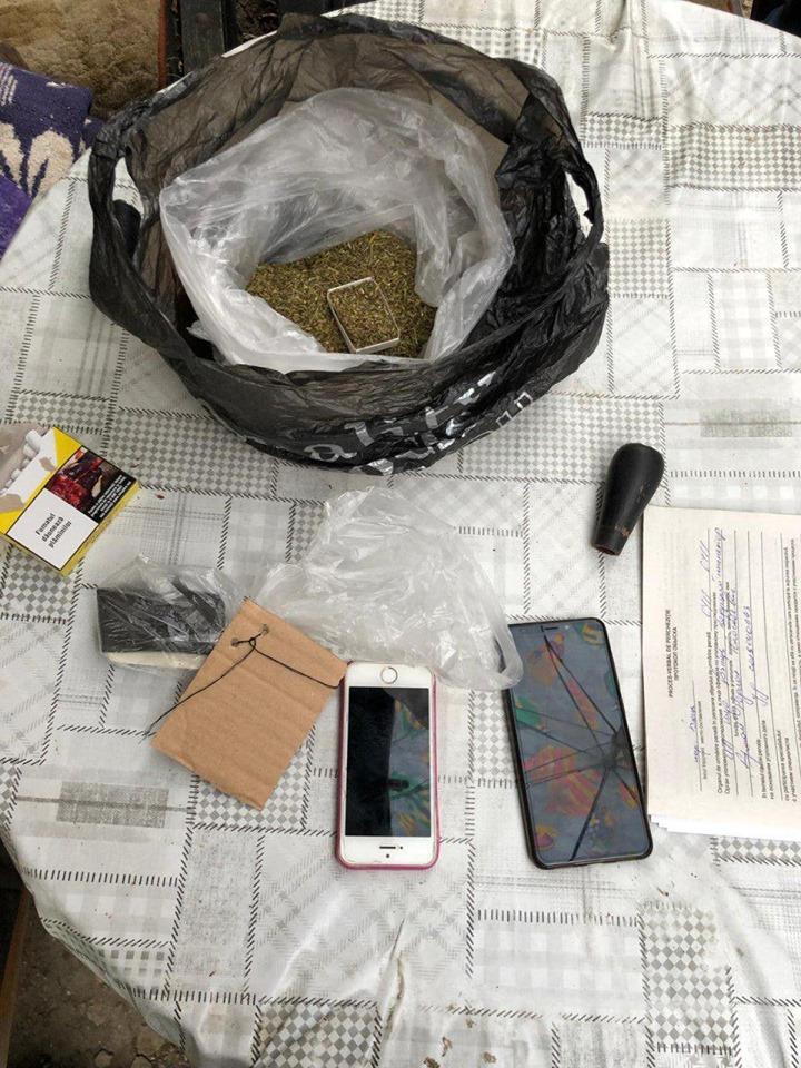 FOTO | Polițiștii au reținut trei bărbați suspectați de comerț ilegal cu droguri la Bălți și Sîngerei