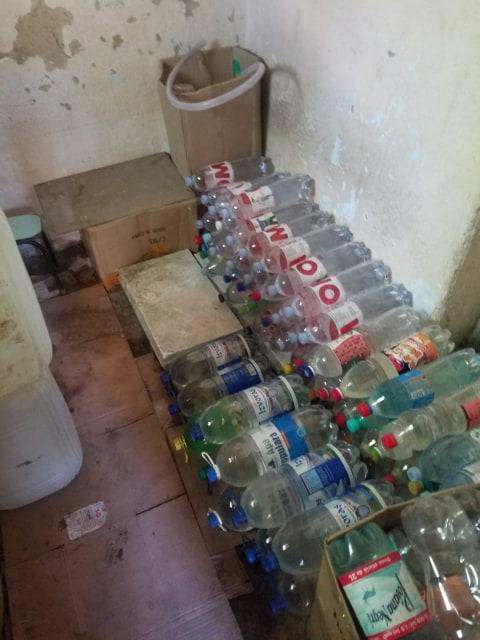 Transportau și comercializau ilegal băuturi alcoolice contrafăcute