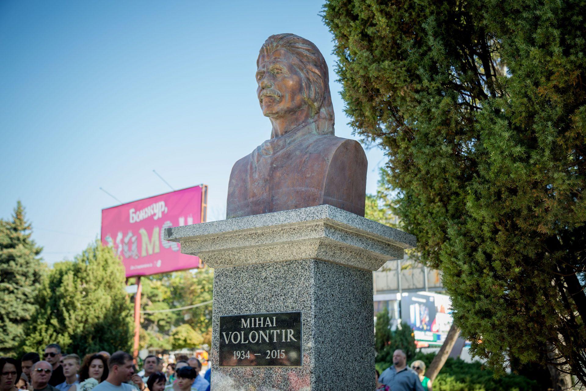 VIDEO | După patru ani de tensiuni a fost dezvelit bustul lui Mihai Volontir, în sfârșit