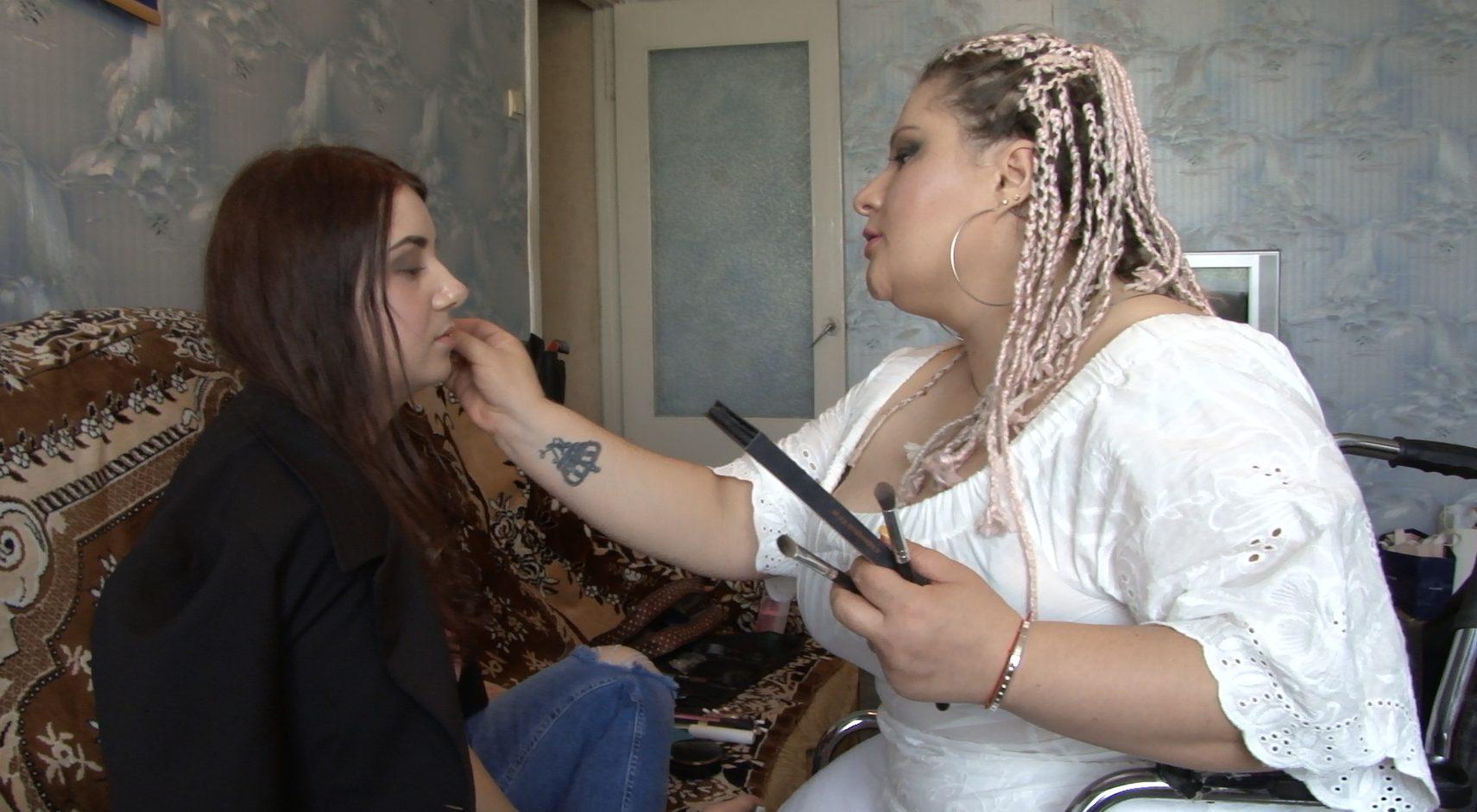 VIDEO   Scaunul cu rotile nu o împiedică să le facă pe femei mai frumoase