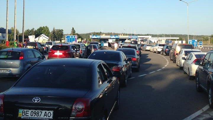 Atenție, șoferi! Cozi de zeci de mașini la punctele de trecere a frontierei