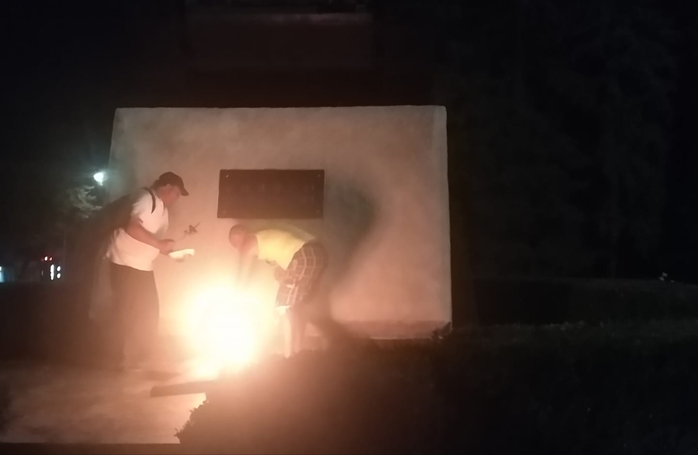 Видео | Двое мужчин готовили шашлык над Вечным огнем в Бэлць
