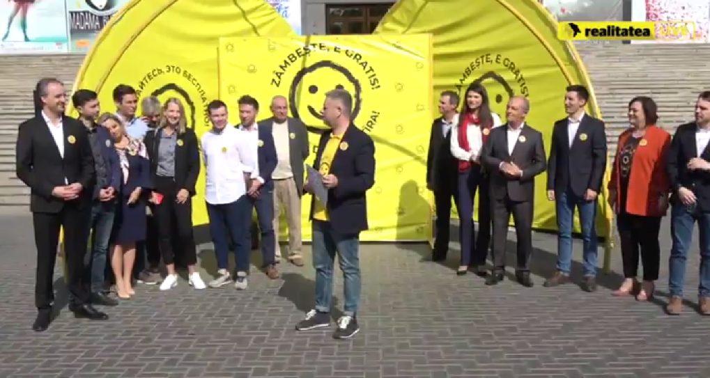 """""""Zâmbiți, e gratis! Pentru restul, ați plătit îndeajuns"""". Sloganul cu care s-a lansat în campanie Dumitru Țîra"""