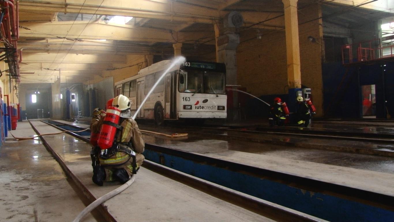 VIDEO | Parcul de troleibuze din Bălți a fost cuprins de flăcări în cadrul unei aplicații