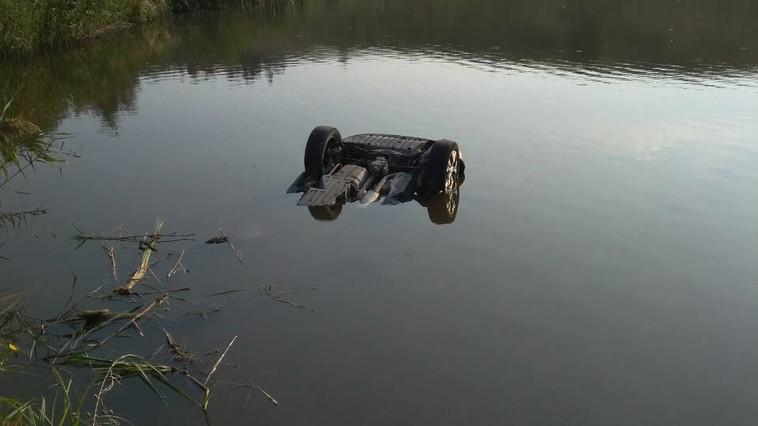 Tragedie la Ocnița. Două persoane s-au înecat cu tot cu automobil într-un iaz
